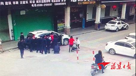 漳州:两岁女童被碾车轮下,10多位热心路人紧急施救