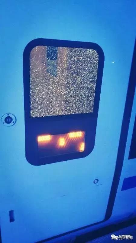 男子砸毁动车玻璃怎样回事?男子为什么要砸毁动车玻璃委曲原委