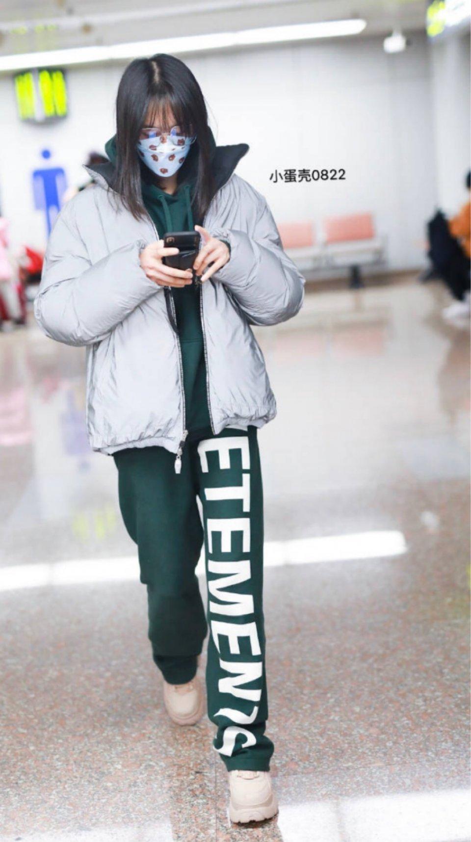 郑爽素颜亮相机场父母随行气场强大 被赞一家都是明星范