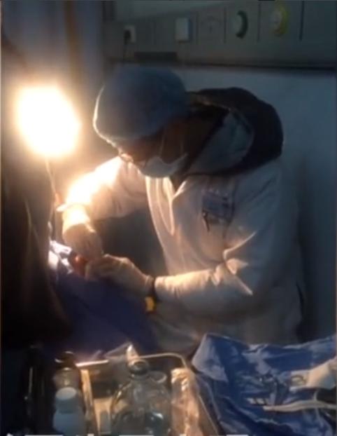 医生被打仍治病患事件细节图片曝光 病患为什么搬椅子砸医生?