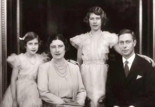英国女王和玛格丽特公主当伴娘 身穿礼服头戴花环非常清纯靓丽