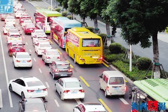 厦门首条公交专用道试?#26032;?#26376; 通行效率提高但仍有少数人不守规矩