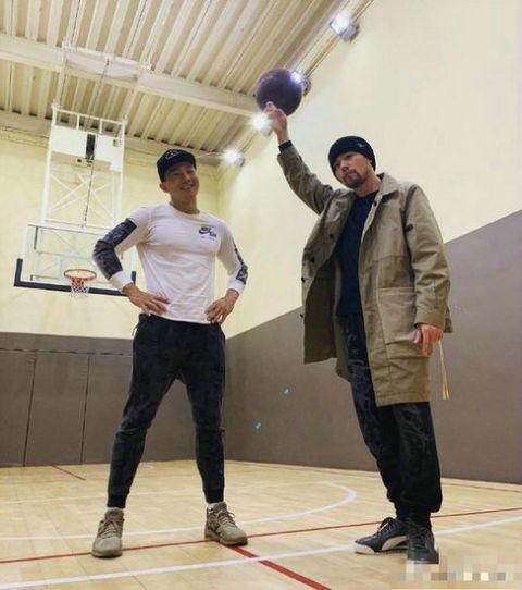 刘畊宏周杰伦打篮球 表示:打球爱耍帅就服周董