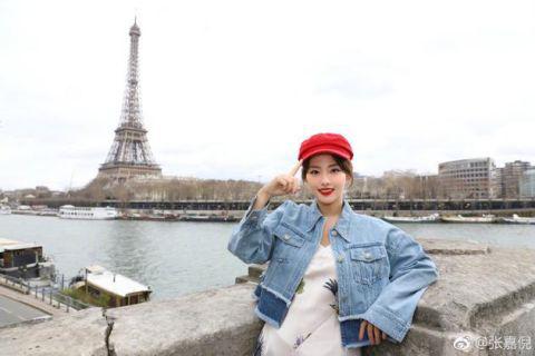 张嘉倪重游巴黎 再现紫菱经典手势引网友回忆杀
