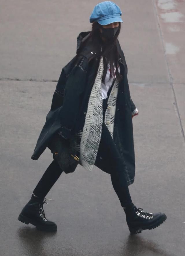 杨幂罕见两天现身机场没换衣服,被扒私人行程原来去香港看女儿了