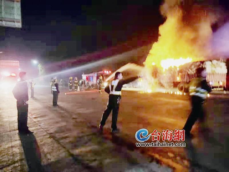 漳浦赵家堡高速出口货车起火,消防救援队机智扑灭