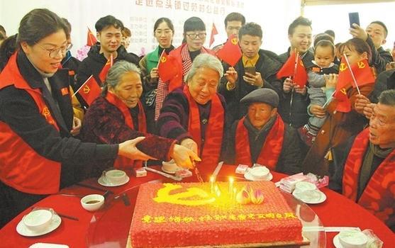 福鼎点头镇妇联、团委等单位为高龄老人集体做寿