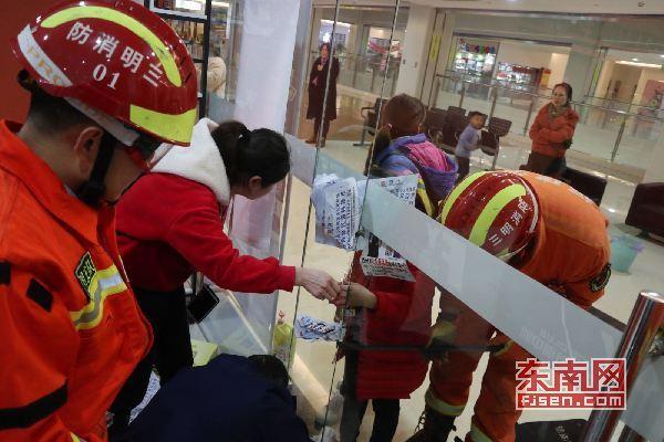 三明宁化:女孩贪玩手卡门缝 消防紧急救援