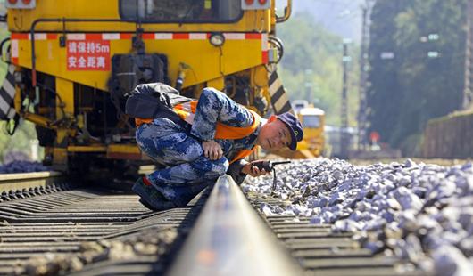 """春运过后铁路忙""""体检"""" 确保安全通畅"""