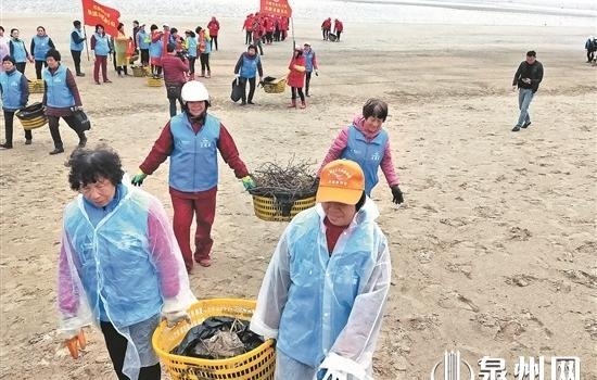 上千名志愿者冒雨清理海滩垃圾 清理出0.5吨海滩垃圾