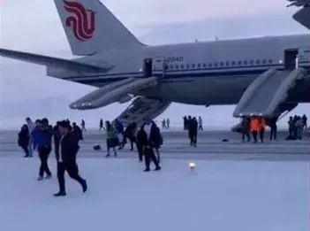 国航备降俄罗斯空姐声嘶力竭大吼:跑!别拿东西 发生了什么事