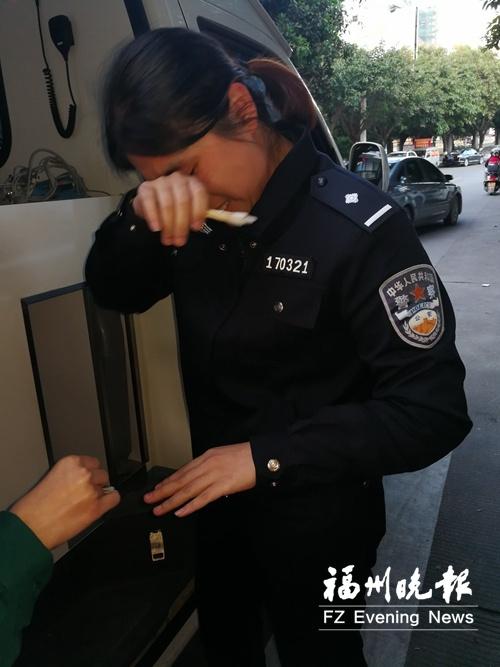防止发病群众咬舌 女警将手指放入对方口中被咬伤