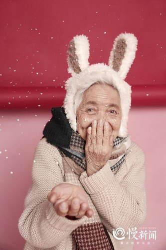 外孙女迎女生节 给87岁外婆拍了套少女写真