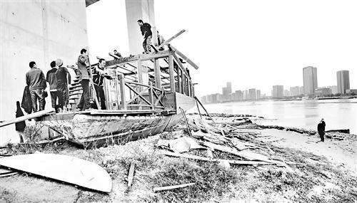 """""""赖""""在福州花海公园四年 木驳船终开拆"""