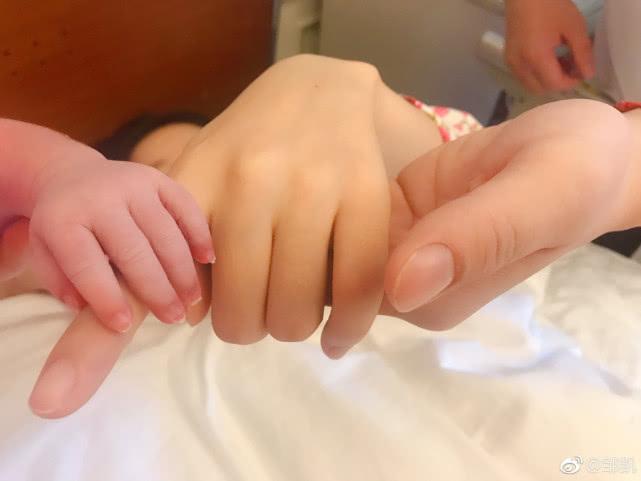 奥运冠军邹凯当爸向老婆道辛苦感叹女人伟大 妻子周捷产子