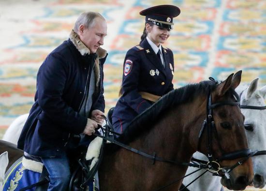 普京同女警骑马现场一览 普京妇女节这样送福利