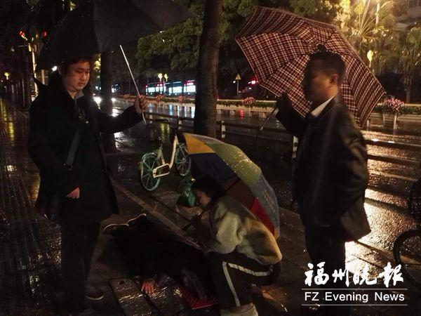 81岁依姆雨夜迷路摔伤 路人又拿垫子又遮雨接力守护她