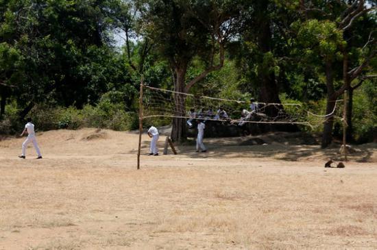 中国大使馆向斯里兰卡北部学校捐赠学习用品