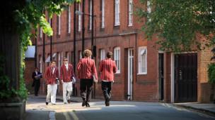 英国公立学校开源节流:要求家长捐资 校长兼职保洁