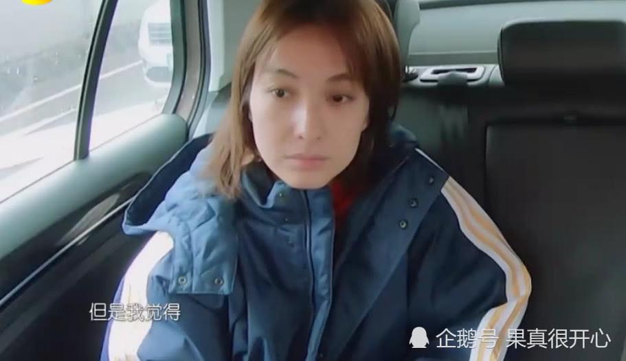 吴昕素颜和妈妈出门,两个人酷似姐妹,网友:阿姨好年轻