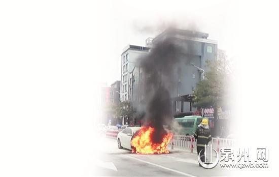 晋江陈埭:一辆奥迪车街头自燃 幸无人员伤亡