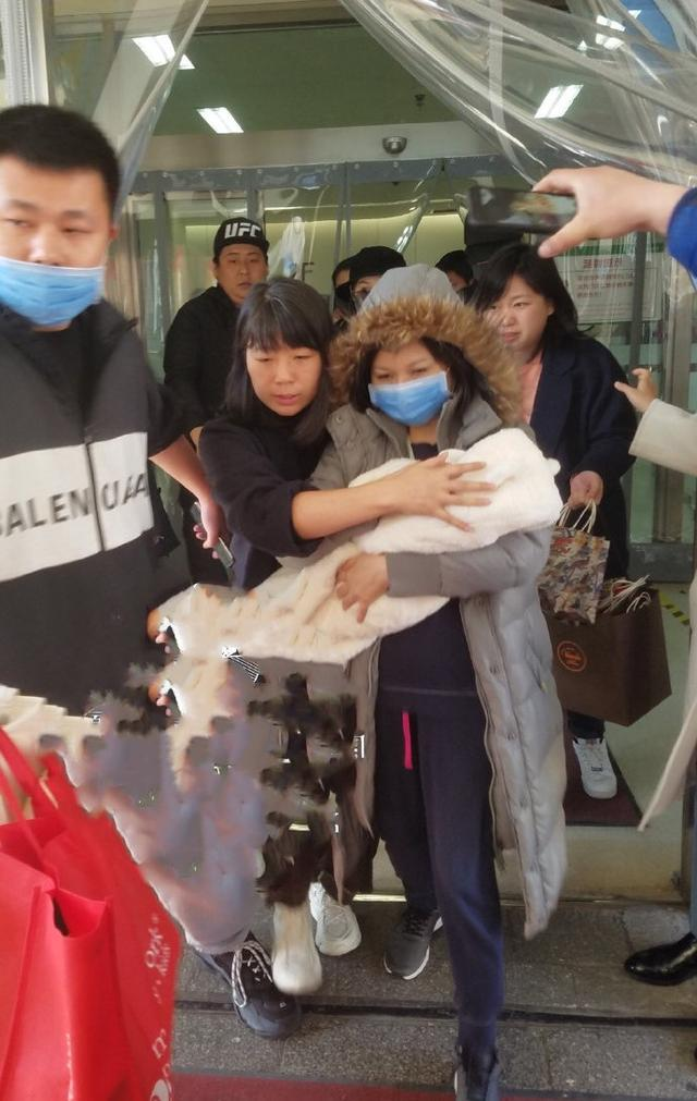 赵丽颖产后三天出院素颜现身气色好,小宝宝被家人抱在怀里引关注