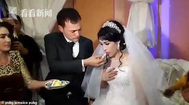 糕点放嘴边又被拿走 新郎不甘逗弄当众打翻新娘