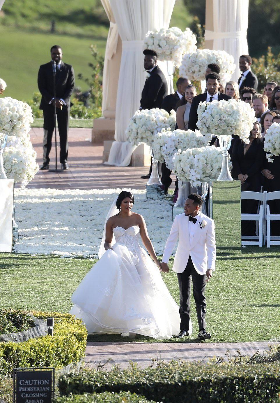 金卡戴珊穿中国风刺绣丝绸裙参加婚礼美过新娘 105斤身材好高调