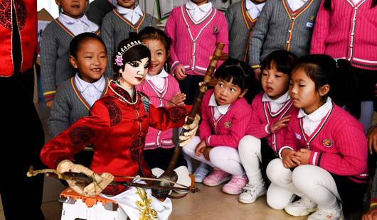 福建連城:提線木偶表演走進幼兒園