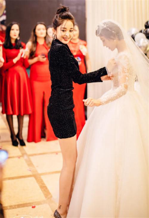 古力娜扎在闺蜜婚礼上跳舞 身材引起所有人注意
