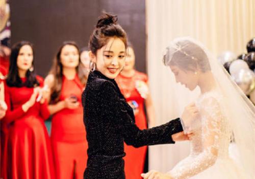 古力娜扎在闺蜜婚礼上跳舞 身材引起了所有人注意