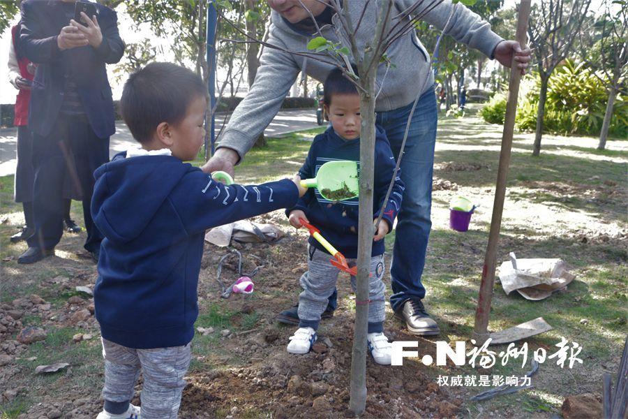 """植树节,福州各地刮起""""绿旋风"""""""