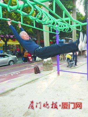 八旬老人每天做引体向上坚持30年 肩周炎没再发作过