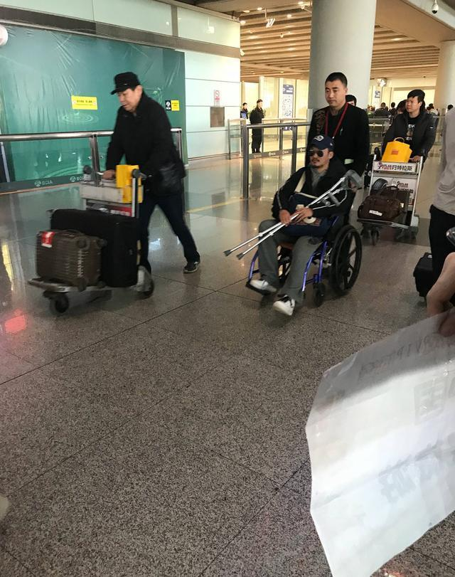 吴京机场被偶遇疑旧伤复发 坐轮椅抱着拐杖让人心疼