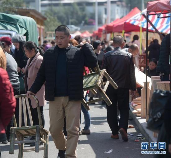 """南平武夷山:传统""""柴头会"""" 赶集备春耕"""