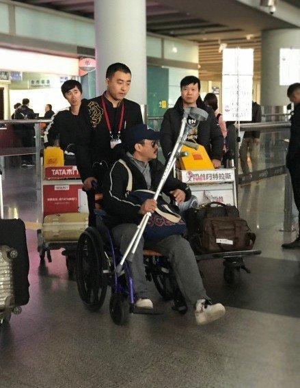 吴京坐轮椅现身怎么回事?吴京身体怎么了为什么坐轮椅?