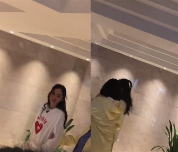 杨幂与谢依霖同框录制新综艺,时代姐妹花再相见亲密挽手有说有笑