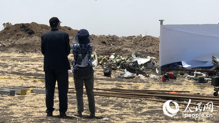 埃航在空难现场为罹难者眷属举行哀悼典礼