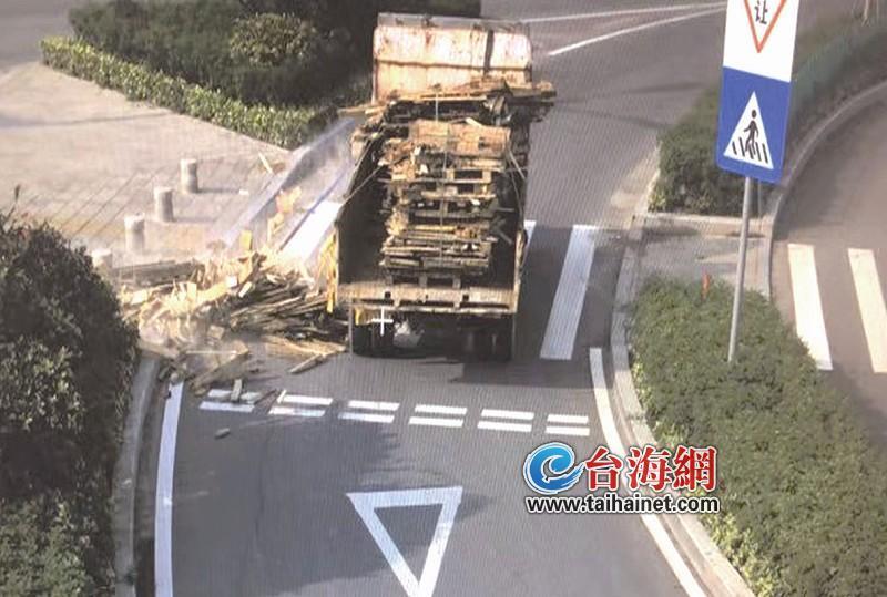 漳州:农用车一个转弯,带钉木块散落一地