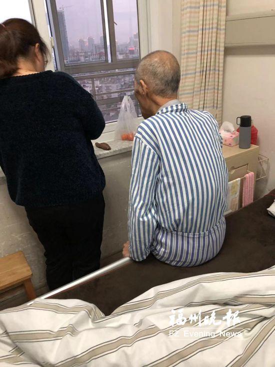 有身护士为重症患者送点心 这张偷照相冲动朋侪圈