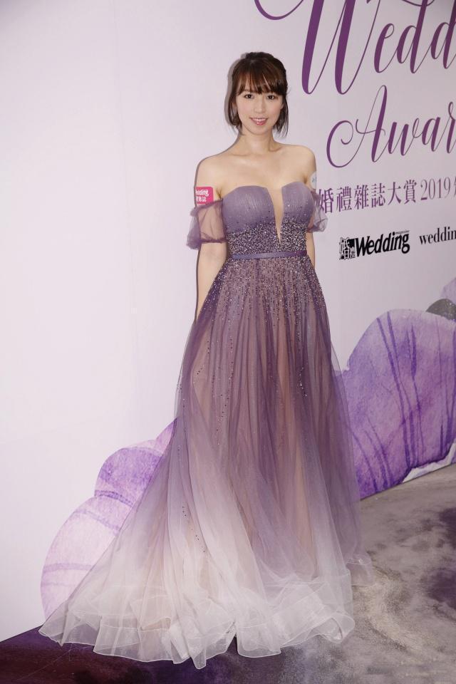 TVB孙慧雪身着一袭新娘晚装出席活动,知性优雅,靓丽大方!