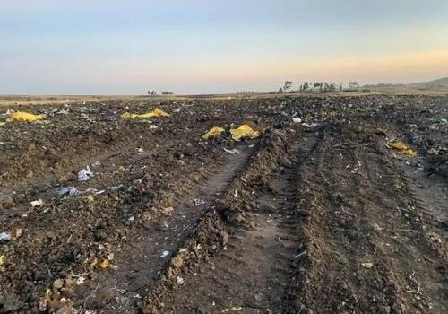 坠机现场遗物挖出 飞机扎进地下20多米深底部完全碾碎