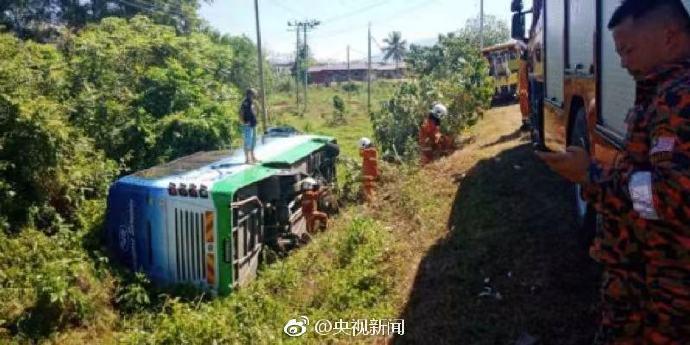 中国游客大巴翻覆最新消息 游客12男4女全部来自上海 4人受伤