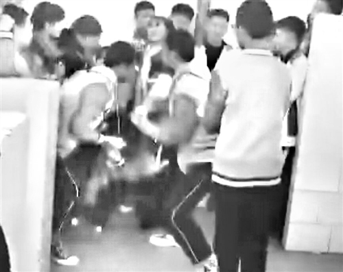 莆田一中学男厕内 3男生殴打女生