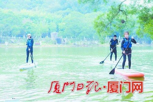厦门大学率先全国开设桨板课 学生在不断落水中掌握技能