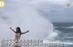 女游客巴厘岛摆拍被浪打下海怎样回事?局面惊险吓人网友却说该死