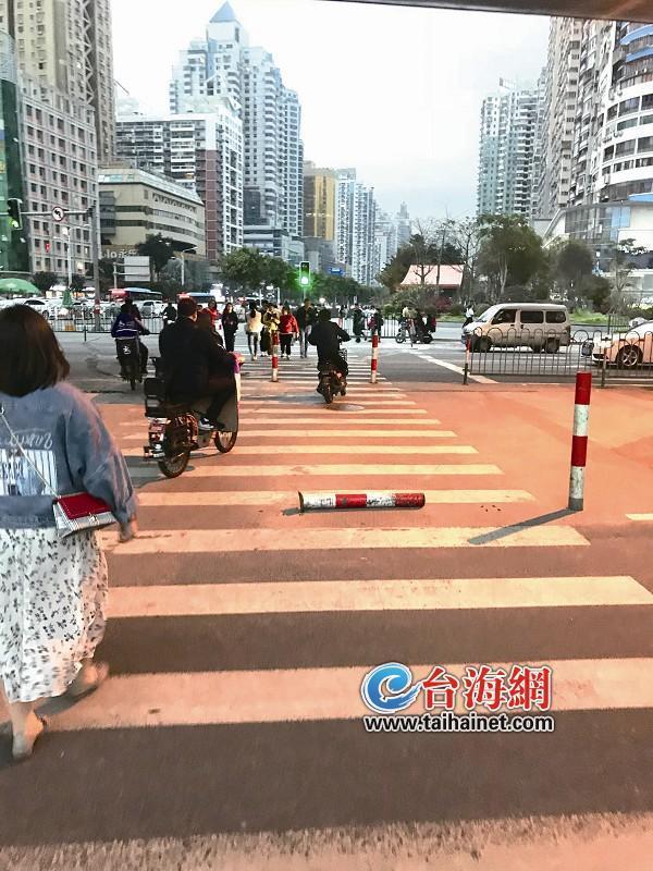 """厦门SM广场前一斑马线围挡铁杆当道 过往行人频频""""中招"""""""