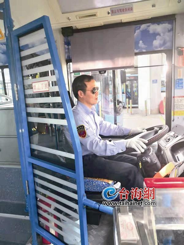 """厦门""""暖心灭火哥""""下车神速灭火后又继续开公交"""