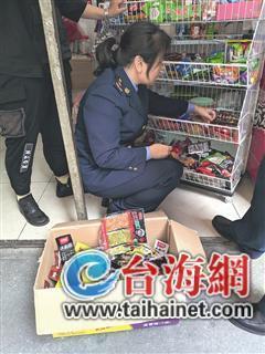"""漳州不少学校附近辣条""""泛滥"""" 执法部门排查整治"""