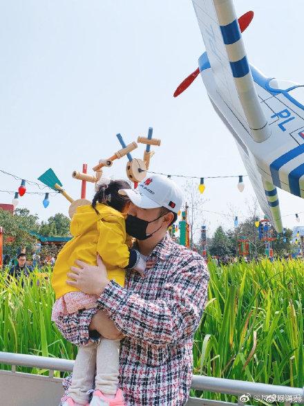 陳赫一家三口同游迪士尼,陳赫女兒幾歲了正面照曝光
